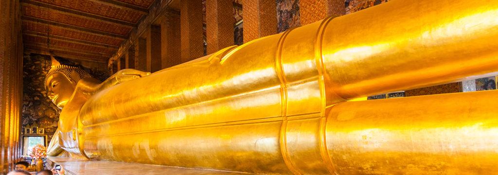 Outro templo que encanta é o Wat Pho, considerado um dos maiores e mais antigos da Tailândia